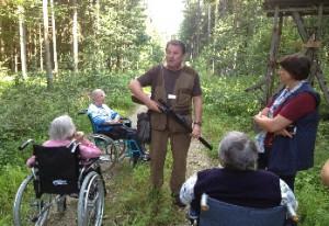 """Von Revierpächter Karl Brückl ließen sich die Senioren aus St. Josef einen """"Drilling"""" erklären"""
