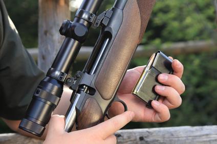 Jäger steckt Magazin in Jagdwaffe